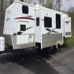Zinger trailer bunks and to bedroom with doors Very nice trailer